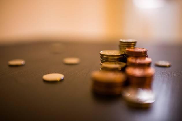 I risparmi in banca danno fastidio, ecco perché vogliono che investiamo in azioni e obbligazioni
